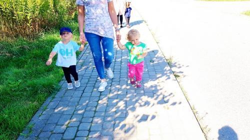Wesołe spacerki dzieci